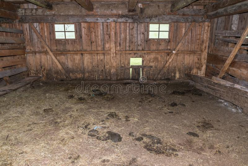 Vista interior de un establo de madera viejo en una montaña, Austria foto de archivo libre de regalías