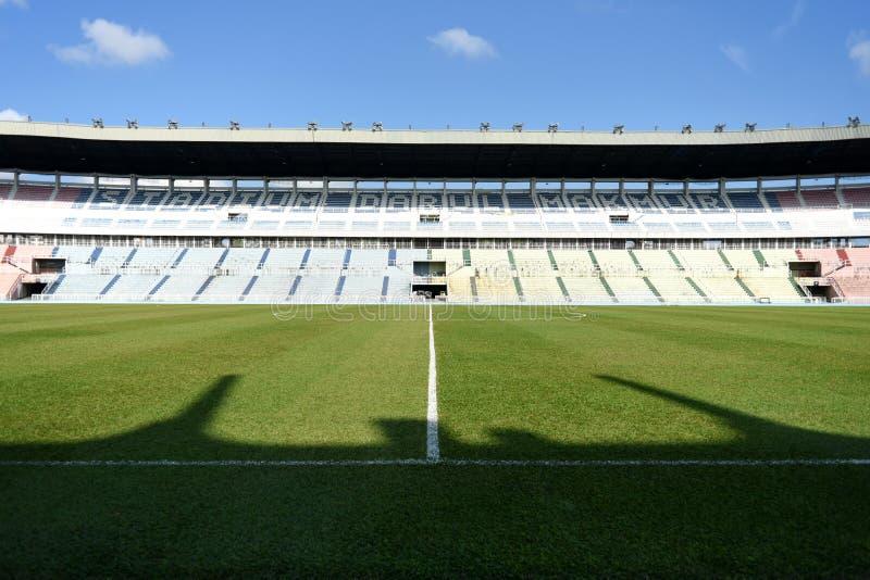 Vista interior de un estadio vacío imagenes de archivo