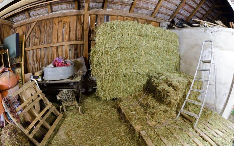 Vista interior de un granero de madera viejo imagen de archivo libre de regalías