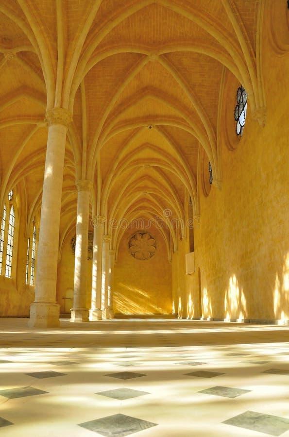 Vista interior de un pasillo medieval fotografía de archivo libre de regalías