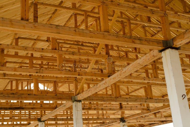vista interior de una estructura de tejado de madera