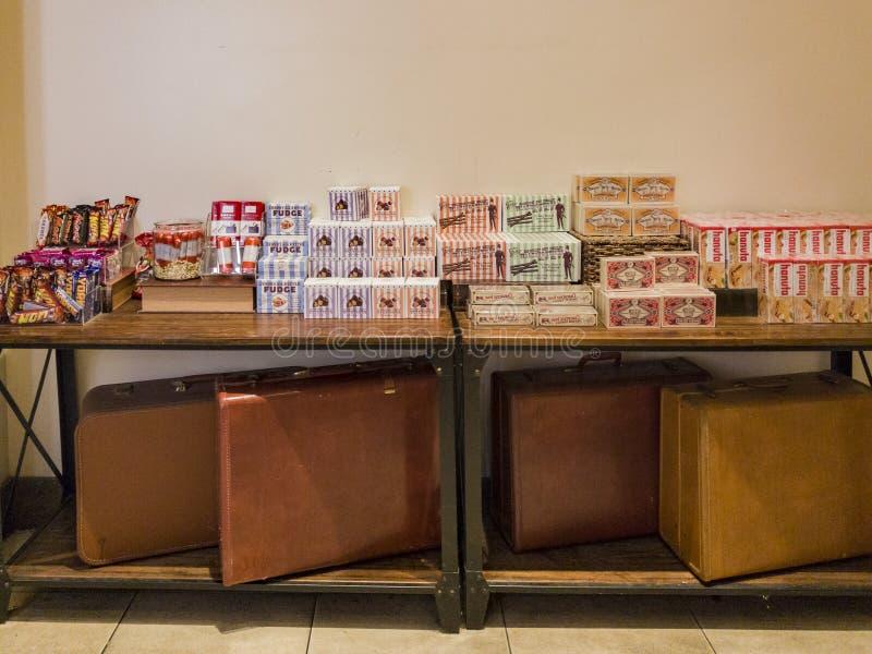 Vista interior de una tienda especial del caramelo en el Galleria de Glendale fotos de archivo