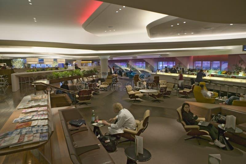 Vista interior del café moderno en el aeropuerto de Heathrow en Londres, Inglaterra, Reino Unido fotografía de archivo
