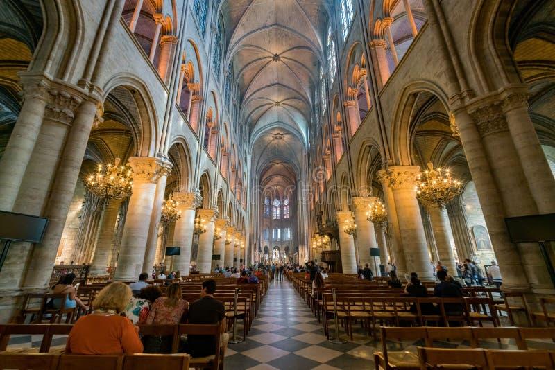 Vista interior del Notre-Dame de Paris famoso foto de archivo