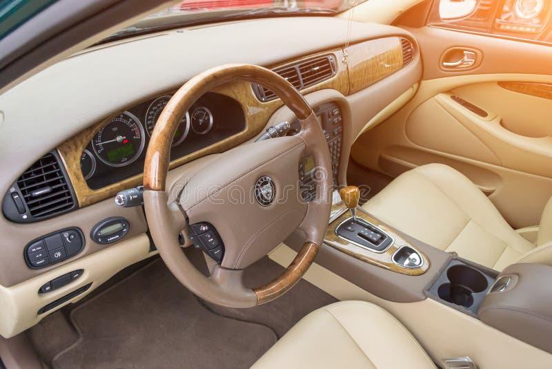Vista interior del S-tipo brillantemente verde 2007 de Jaguar fotos de archivo libres de regalías