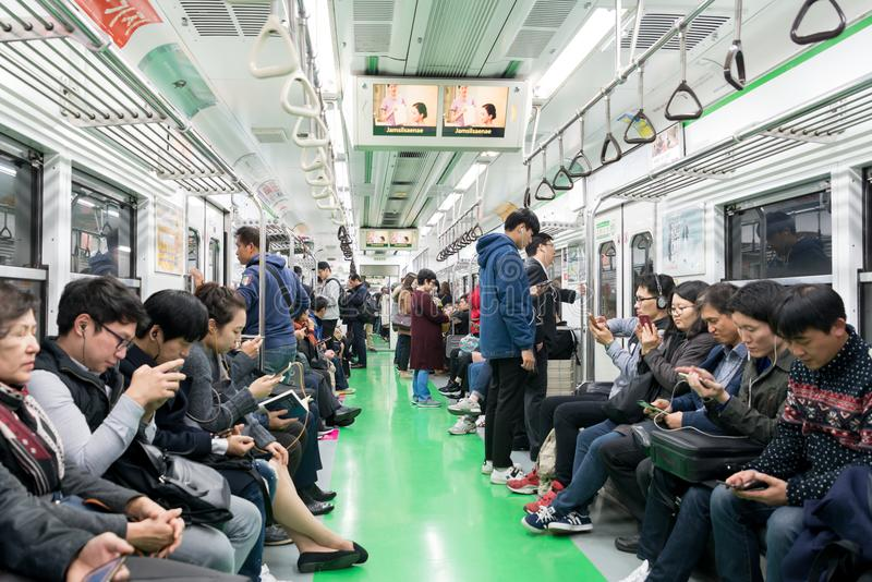 Vista interior del subterráneo metropolitano en Seul, una del sistema subterráneo más muy usado del mundo en Seul, Corea del Sur fotos de archivo