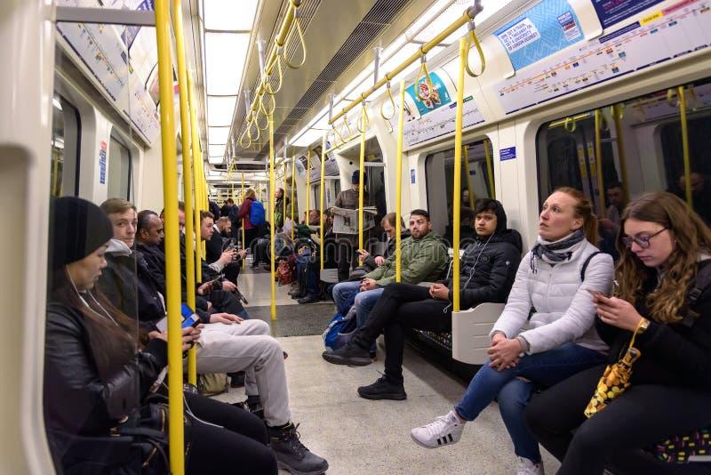 Vista interior do trem do tubo em Londres fotografia de stock