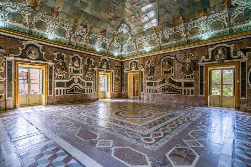 Vista interior en el chalet hermoso Palagonia en Bagheria, cerca de Palermo Sicilia, Italia foto de archivo libre de regalías