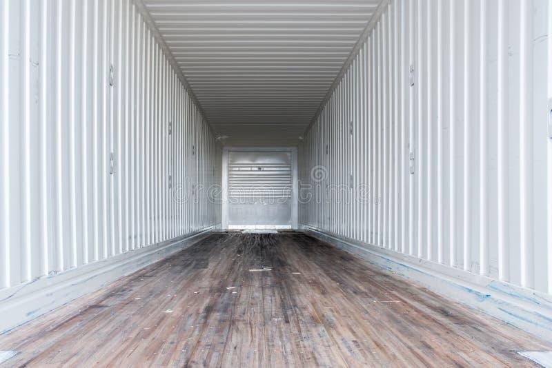 Vista interior semi do caminhão vazio camionete seca reboque imagem de stock