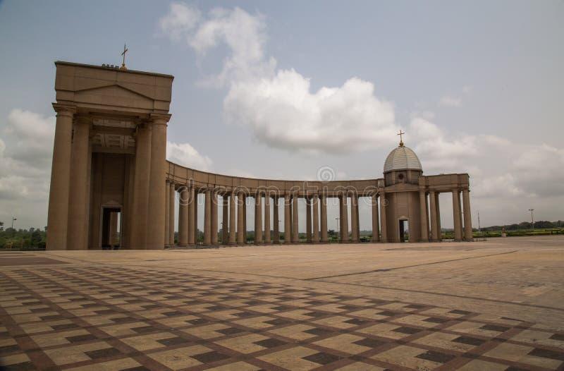 Vista interior a una de las columnatas dóricas de la basílica de nuestra señora de la paz con el sol poniente al oeste fotografía de archivo