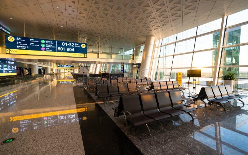 Vista interior vacía del terminal de aeropuerto internacional de Wuhan Tianhe 3 con el callejón y de la zona para sentarse en Chi imagen de archivo