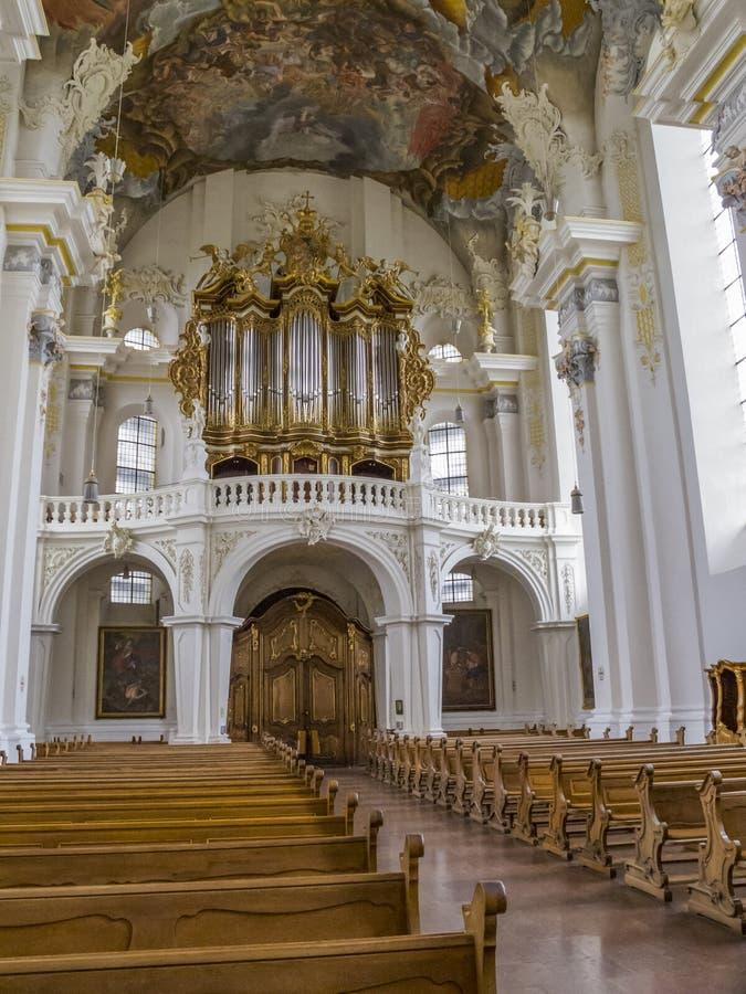 Vista interna all'organo nella bella chiesa barrocco della st Paulinus in Treviri - la più vecchia città tedesca fotografia stock libera da diritti