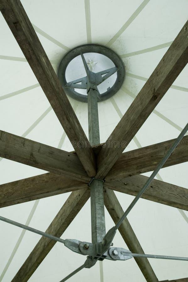 Vista interna alla cima di un padiglione fotografia stock libera da diritti