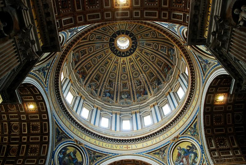Vista interna da basílica de St Peter o 31 de maio de 2014 fotos de stock