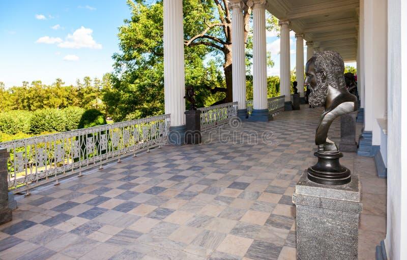 Vista interna da galeria de Cameron no parque de Catherine em Pushki imagens de stock royalty free