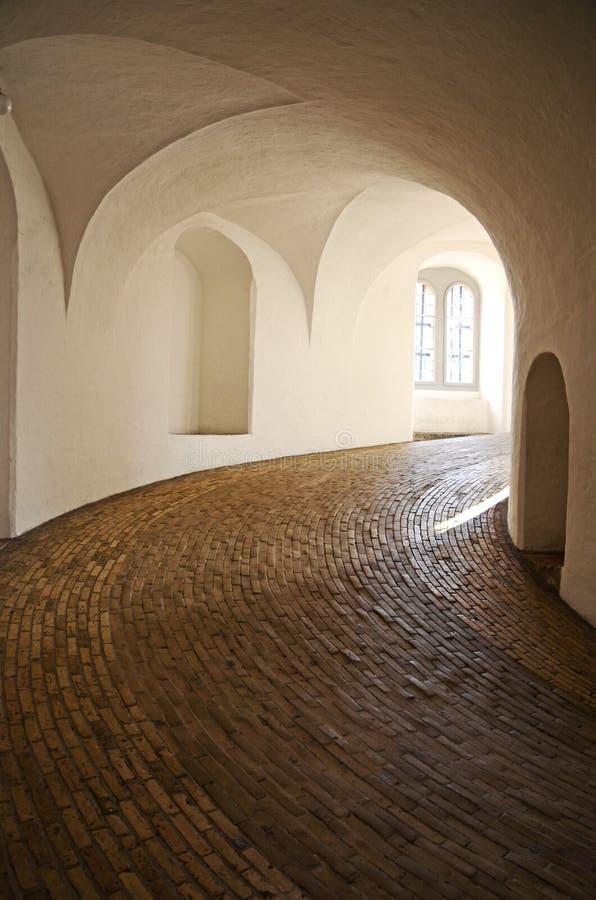 Vista interna da rampa espiral na torre redonda em Copenhaga, Dinamarca imagem de stock