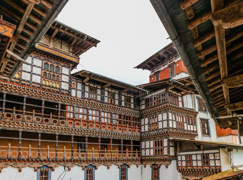 Vista interna de Trongsa Dzong, uno del Dzongs más viejo de Bumthan fotos de archivo