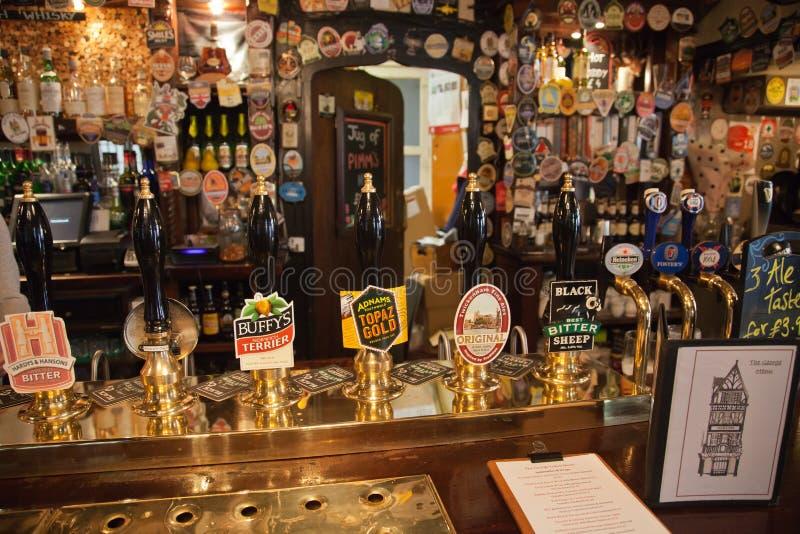 Vista interna de um bar inglês imagens de stock