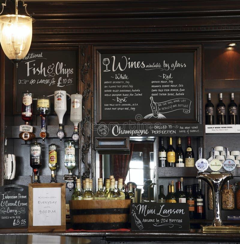 Vista interna de um pub inglês imagens de stock royalty free