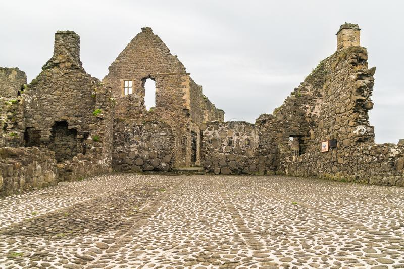 Vista interna del castello rovinato di Dunluce in Irlanda del Nord fotografia stock libera da diritti