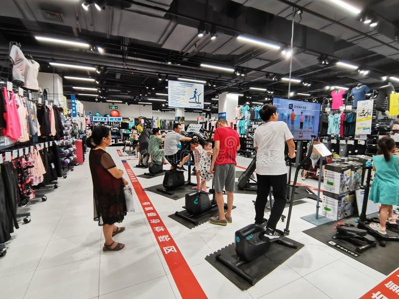 Vista interna del deposito delle merci di sport di decatlon nella città di Wuhan fotografie stock libere da diritti