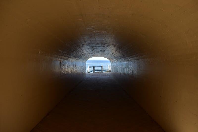 Vista interna del parque del túnel foto de archivo