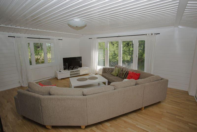 Vista interna del salone Pareti e soffitto bianco, grandi finestre e mobilia beige bianca Stile scandinavo fotografia stock