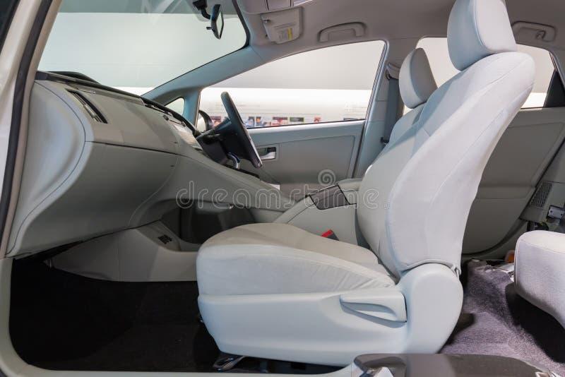 Vista interna dell'automobile del cruscotto dalla parte anteriore fotografia stock libera da diritti