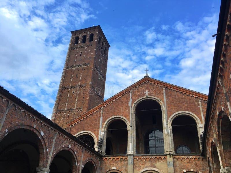Vista interna della basilica del san Ambrogio, Milano, Italia immagine stock libera da diritti