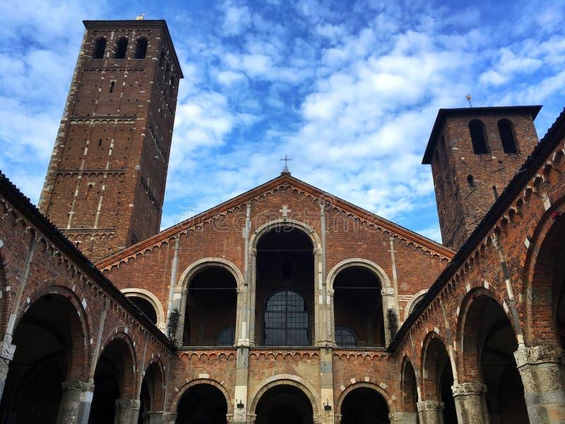 Vista interna della basilica del san Ambrogio, Milano, Italia fotografie stock