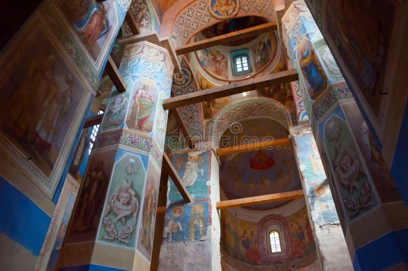Vista interna della cattedrale di natività della nostra signora, monastero di St Anthony in Veliky Novgorod, Russia fotografie stock libere da diritti