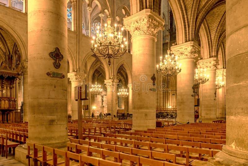 Vista interna della cattedrale di Notre Dame con gli arché illuminati indicativi e con le sue grandi colonne di pietra situate i fotografie stock