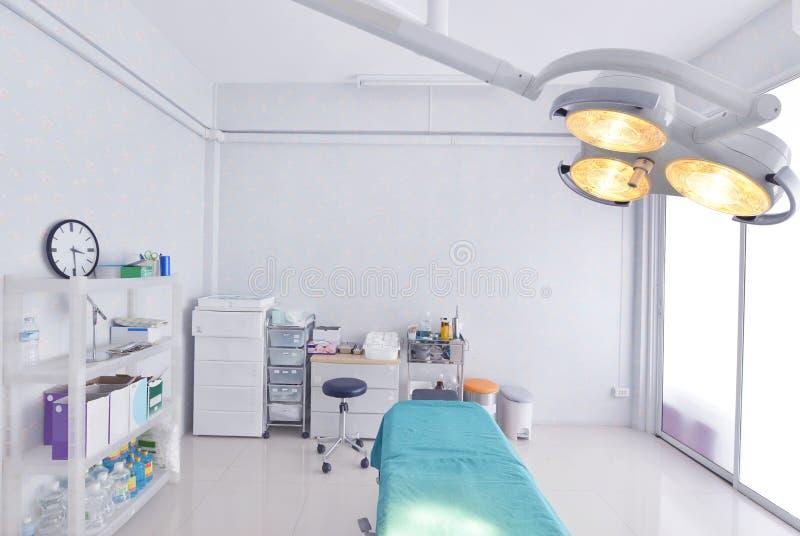 Vista interna della sala operatoria in ospedale immagine stock