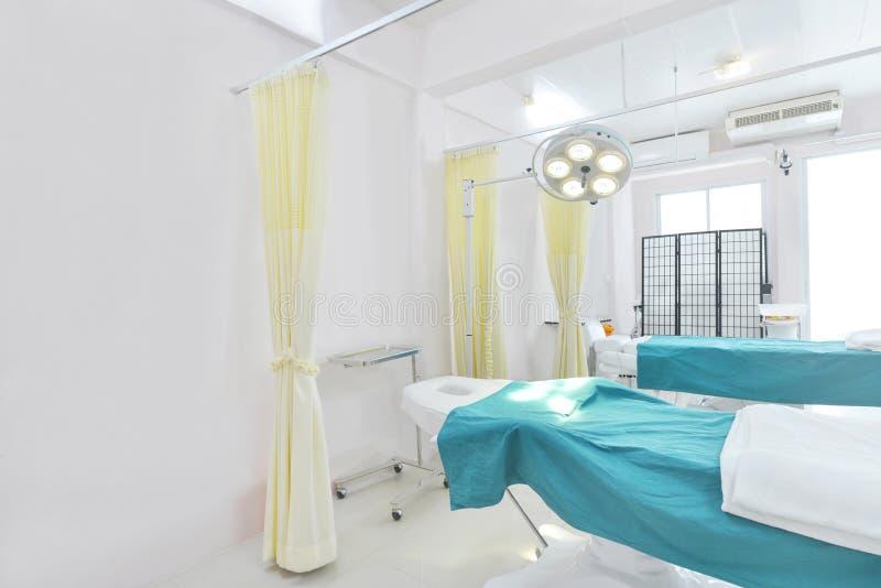 Vista interna della sala operatoria in ospedale immagine stock libera da diritti