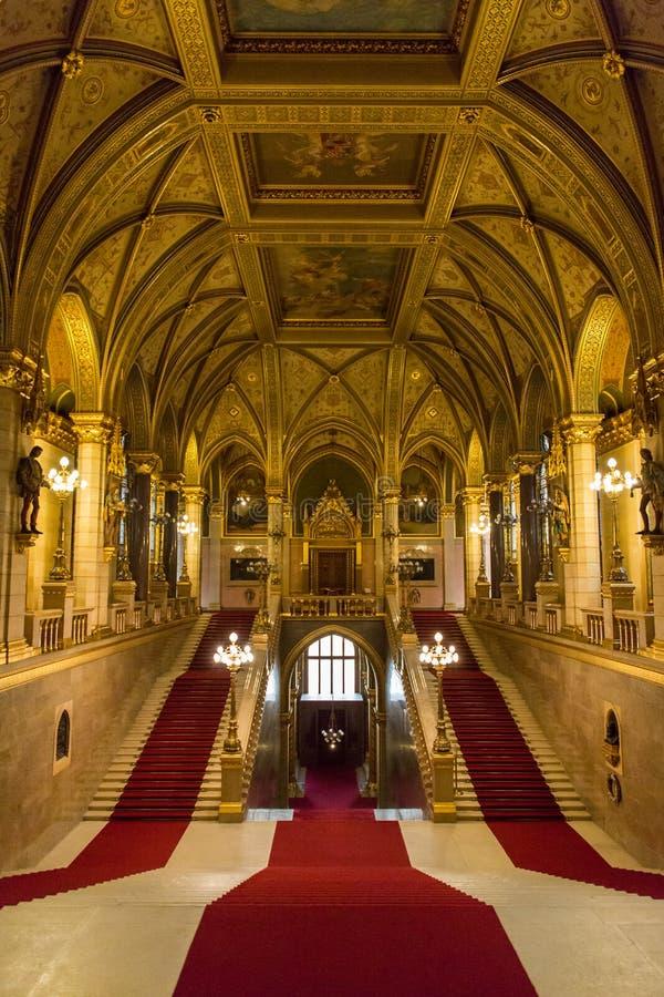 Vista interna della scala principale della costruzione ungherese del Parlamento a Budapest Ungheria immagine stock libera da diritti