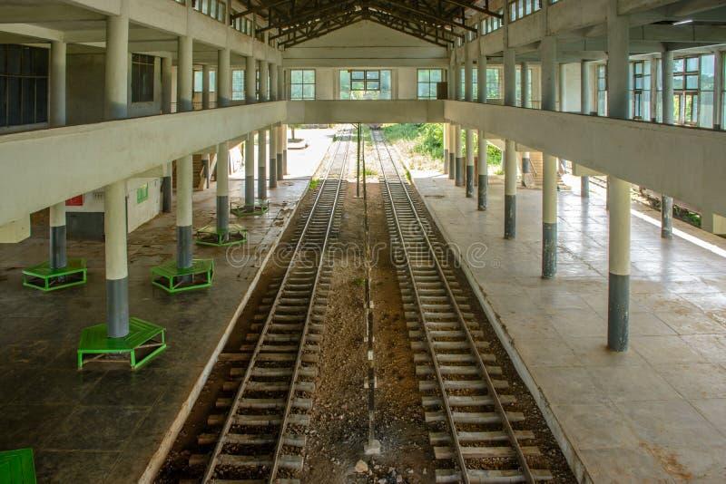 Vista interna della stazione ferroviaria di Loikaw, Myanmar fotografia stock libera da diritti