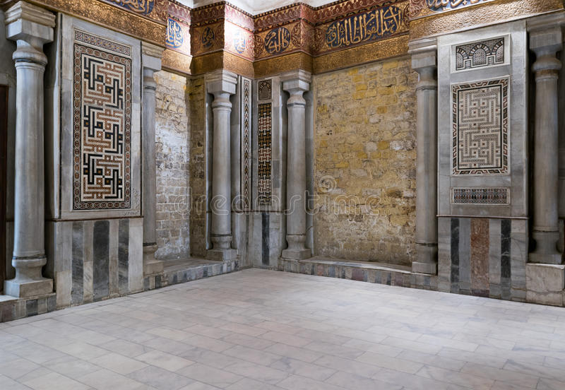 Vista interna delle pareti di marmo decorate che circondano il cenotafio fotografia stock libera da diritti