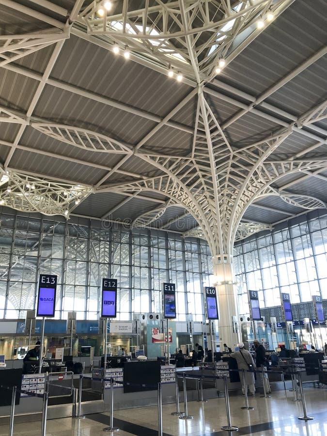 Vista interna di architettura dell'aeroporto internazionale recentemente completato di Abdulaziz del bin di principe Mohammed in  immagine stock libera da diritti