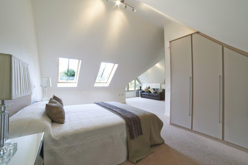 Vista interna di bella camera da letto di lusso fotografia stock