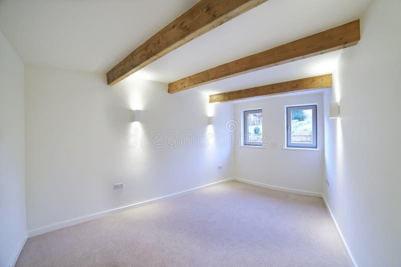 Vista interna di bella camera da letto vuota di lusso fotografie stock libere da diritti