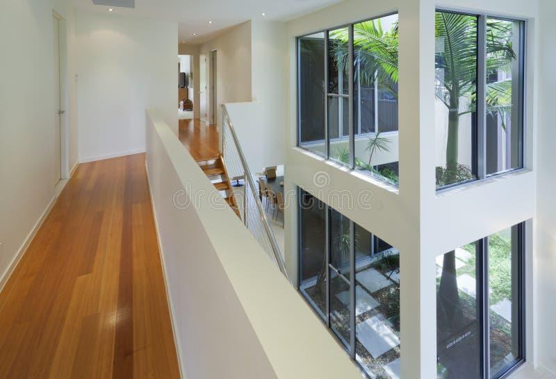 Vista interna di multi casa livellata moderna immagini stock libere da diritti