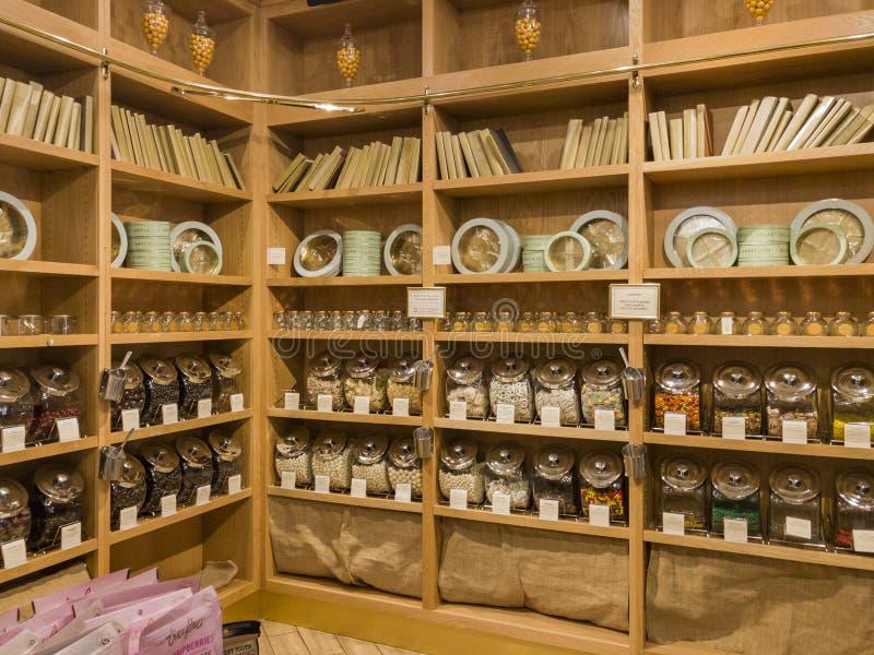 Vista interna di un negozio speciale della caramella nella galleria di Glendale fotografie stock