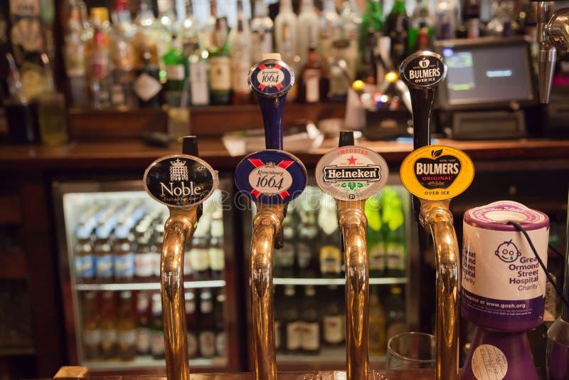 Vista interna di un pub inglese fotografie stock