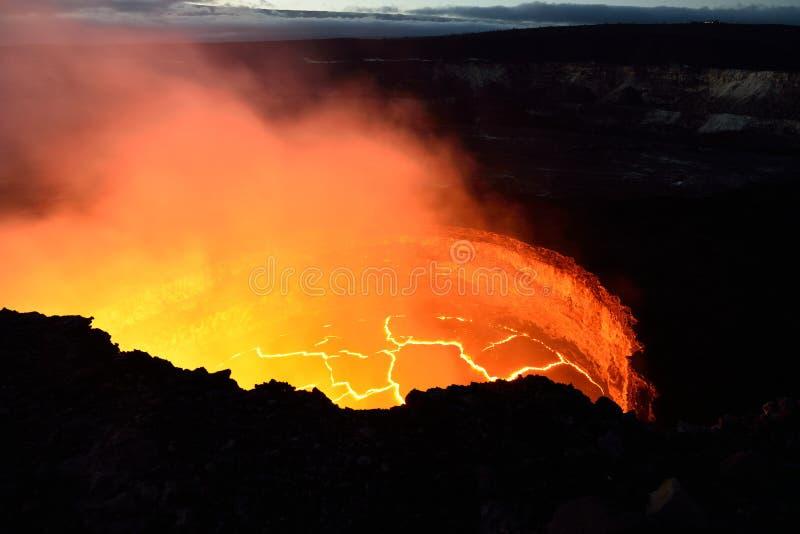 Vista interna di un vulcano attivo con flusso di lava in Volcano National Park, grande isola delle Hawai immagini stock libere da diritti
