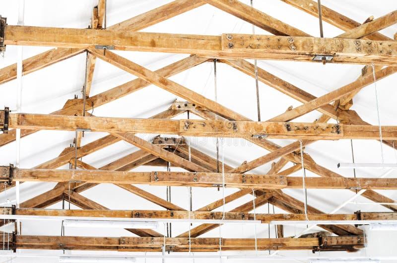 Vista interna di una struttura di tetto di legno immagini stock libere da diritti
