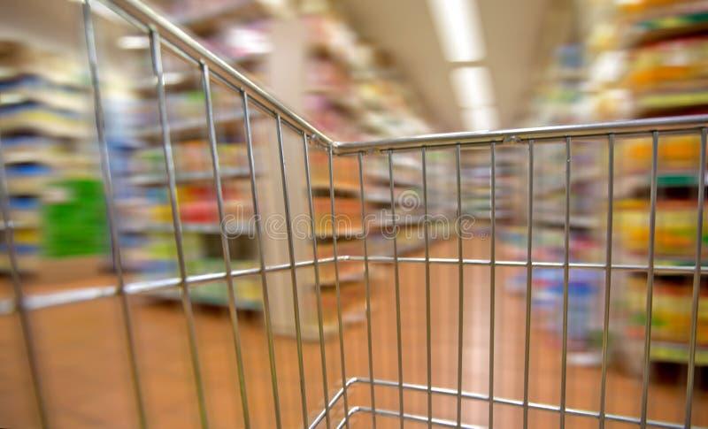 Vista interna do carrinho de compras vazio com movimento imagens de stock