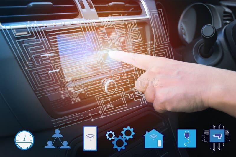Vista interna e comando automatico che guidano con lo smartphone, tecnologia astuta elettrica di auto dell'automobile fotografie stock libere da diritti