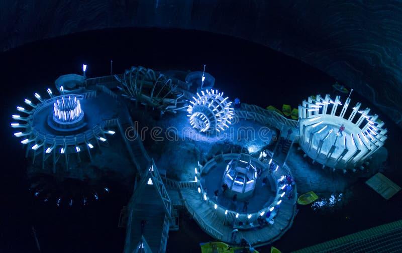 Vista interna e lago subterrâneo na mina de sal e no museu Salina Turda imagens de stock royalty free