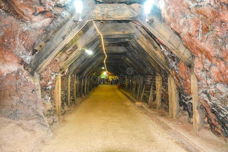 Vista interna mágica da mina de sal de Khewra imagens de stock