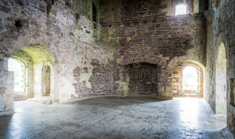 Vista interna no castelo de Doune, fortaleza medieval perto da vila de Doune, no distrito de Stirling de Escócia central foto de stock royalty free
